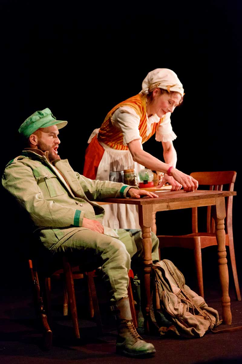 Philippe-Nicolas Martin (le Garde-chasse) et Sylvia Vadimova (Aubergiste) dans La Petite renarde rusée. © Enrico Bartolucci/Arcal