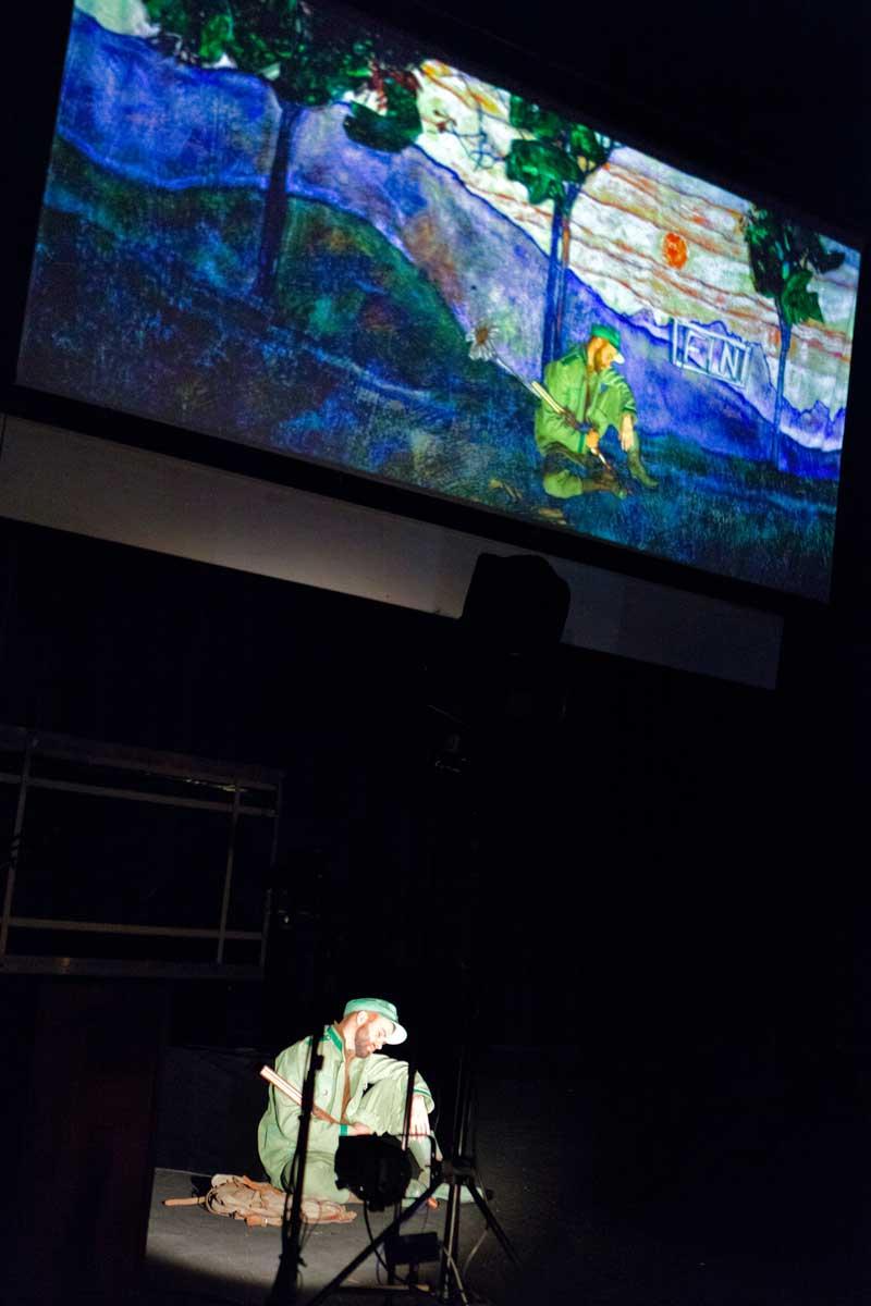 Philippe-Nicolas Martin dans La Petite renarde rusée : exemple d'effet réalisé en direct sur scène. © Enrico Bartolucci/Arcal